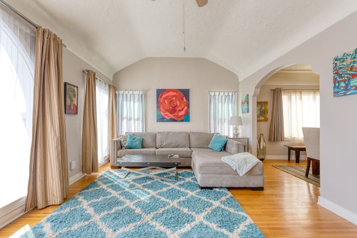 Relax & Getaway Up In Chic Belmont Shore Duplex