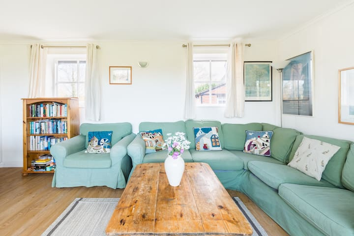 Cricketers' Cottage Nr Tewkesbury Glos. Sleeps 10