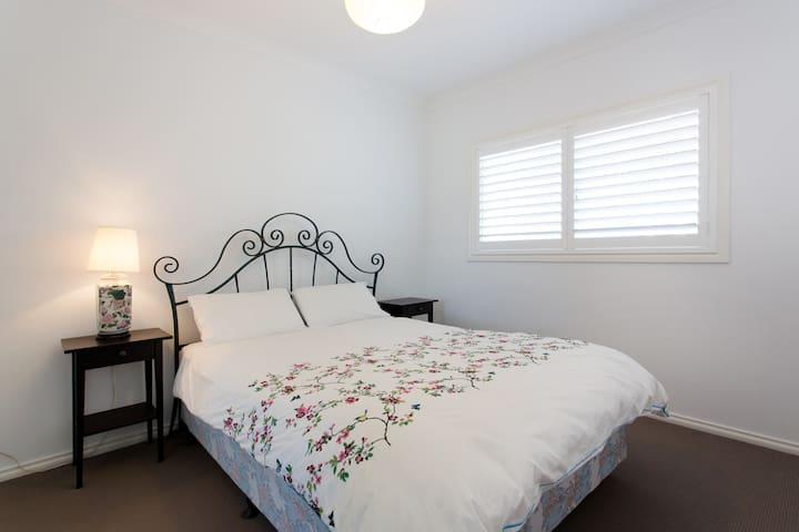 Main bedroom - queen size bed