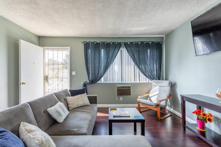 2 bedroom Apartment minutes from DTLA