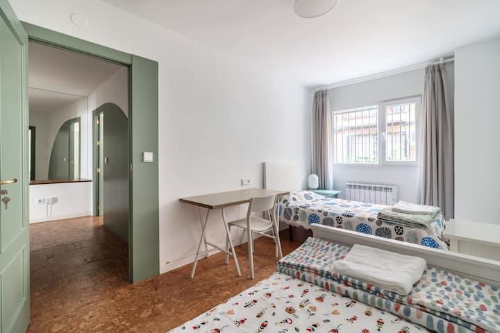 Habitación privada con dos camas individuales