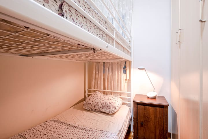 room in a 3 rooms apartment Barcelona centr Gracia