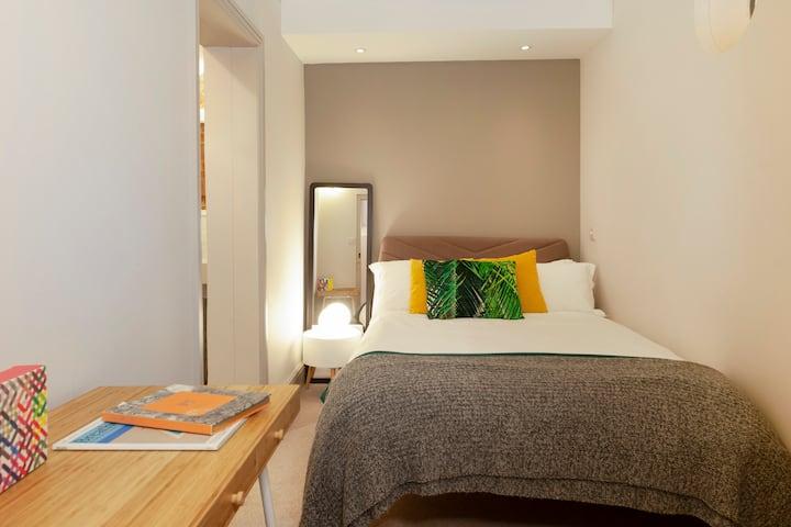 Charming modern basement dbl room with en suite