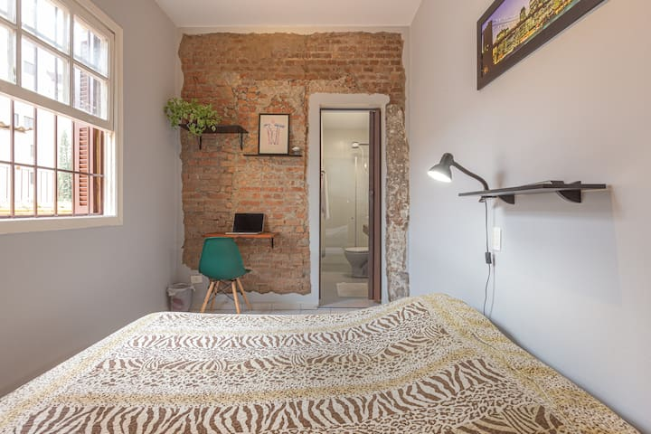 Bedroom with private bathroom in Vila Clementino!