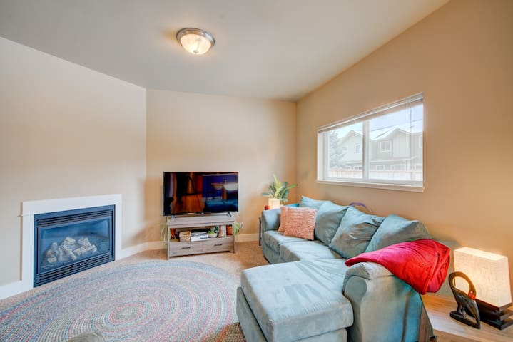 A relaxing, peaceful home. Hyper sanitary. Thoughtful extras for you & your dog: spa touches, office basics, artful decor, streaming tv. Fireplace is ultra soothing. Wake slow & wind down. We are local & here to help you enjoy Bozeman best you can.