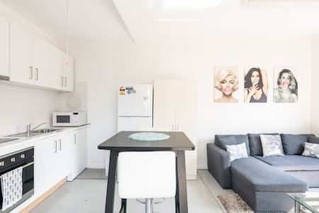 Modern, new & clean Guest House-10 min to airport.