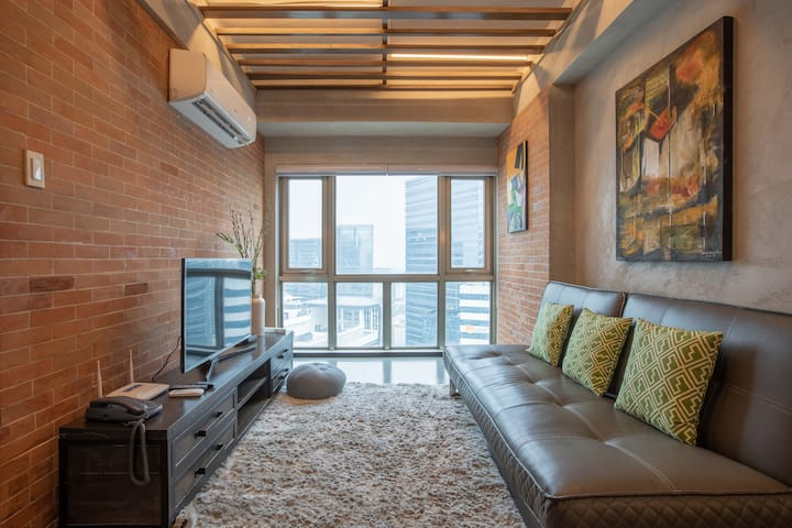 Top floor 1BR BGC city view; 50mbps WiFi, Parking