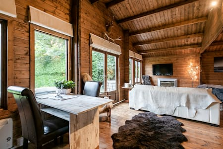 Luxury Romantic Log Cabin, secluded Garden & Deck