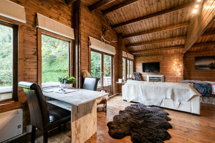 Cosy Romantic Log Cabin, secluded Garden & Deck
