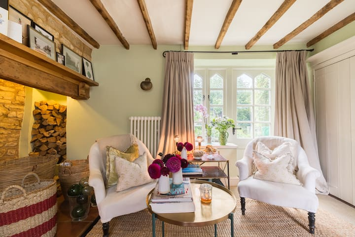 Cosy Cotswolds getaway; luxurious cottage sleeps 6