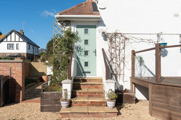 Bright Airy beach flat 15 minutes from Brighton