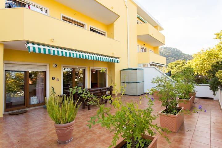 Terrace Garden Apartment- Appartement spacieux