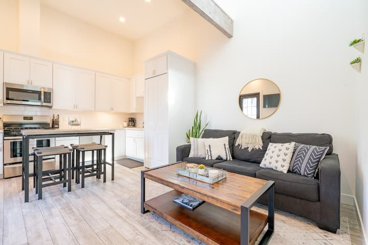 Bright & clean contemporary flat w/ AC - walkable