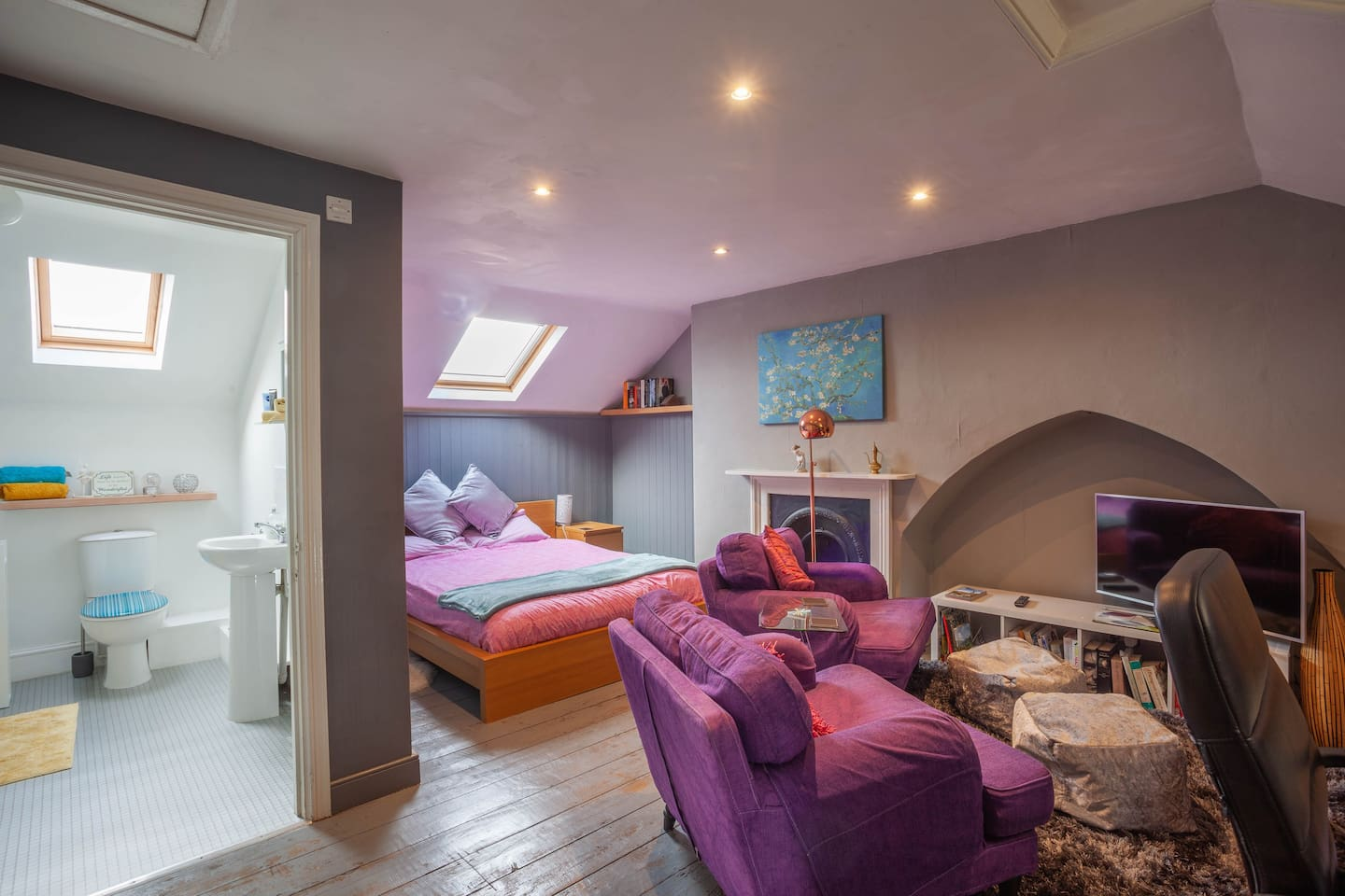 Spacious, self-contained loft with ensuite bathroom and all you need to make your stay comfortable and pleasant.