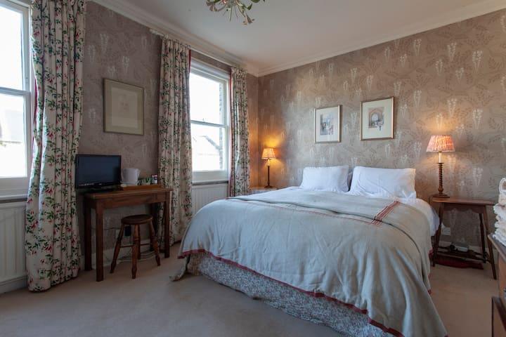 Elegant double bedroom, ensuite, in Wandsworth
