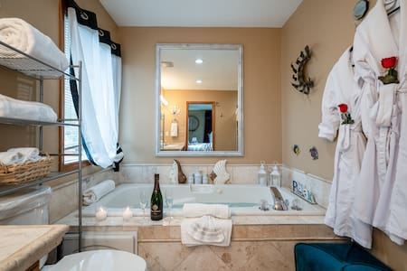 CLEAN & COMFY JETTED TUB, PRIVACY,KING BED, VIEWS