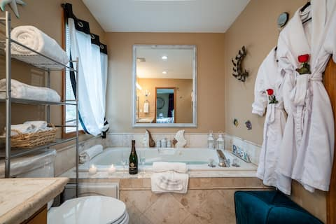 ROMANTIC stay w. JETTED TUB, PRIVATE, KING BED