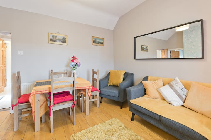 Entire pretty cottage, Drogheda Town. Four beds