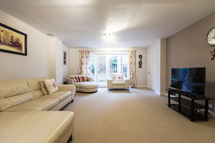 Spacious lovely 2-bed house  with driveway parking