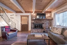 Chalet close to Ski & Beach ** Fireplace & Hottub!
