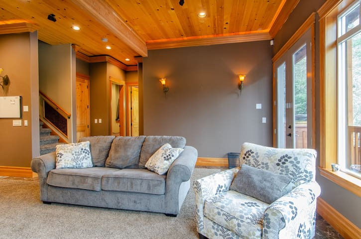 Beautiful lakefront home close to downtown Olympia