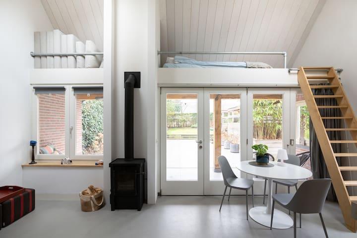 Nieuw tuinhuis met open haard en fijne werkplek