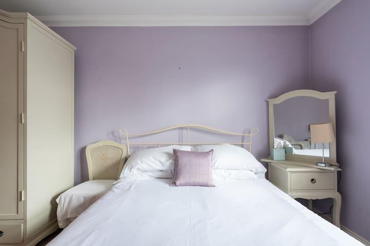 ENHANCED CLEANED Cosy En-Suite Near London