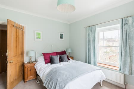 Bright cosy double room in Cotswold home.