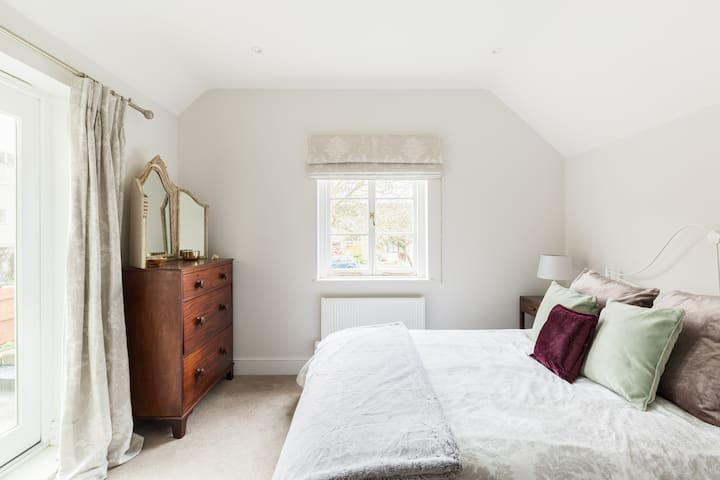 Luxury ensuite room with shower in Cotswold house.