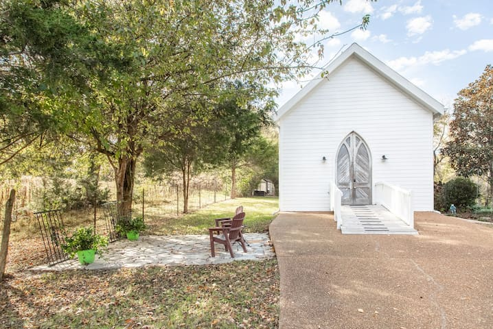 Franklin Room with a View is a sweet little guest cottage located in a six acre rural property in beautiful Franklin, Tennessee. Beautiful architecture and peaceful surroundings welcome guests to the one bedroom apartment with a full kitchen.