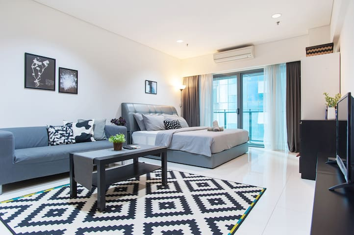 Minimalist Suite w/ Netflix Near KLCC & Subways