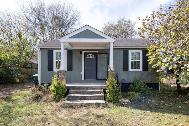 Delightful 3 bdrm house w/ Screened in Porch