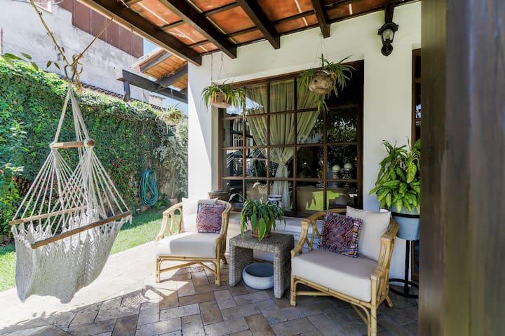 Piscina y jardín en el centro de Antigua.