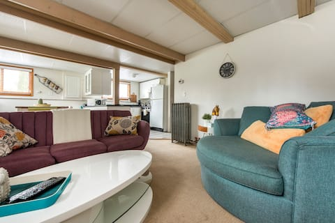 Charming New West suite with Hot Tub
