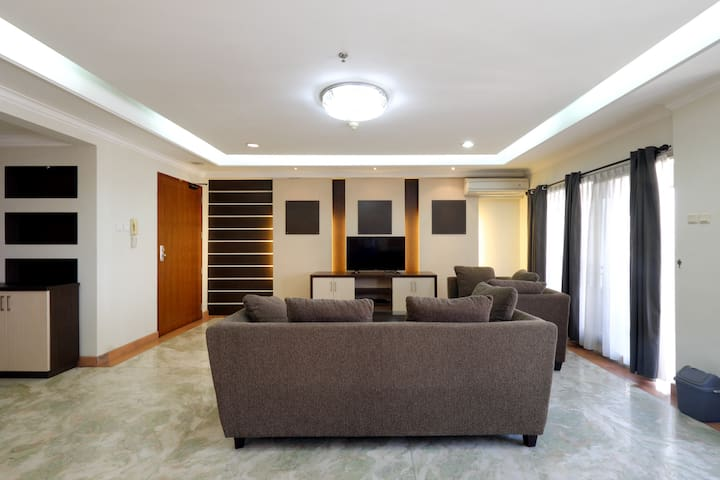 Huge 4Bdrm Apt above a Mall at south Jakarta. MRT