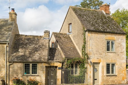 *COTSWOLDS CORNER COTTAGE* Nr Stow-on-the-Wold