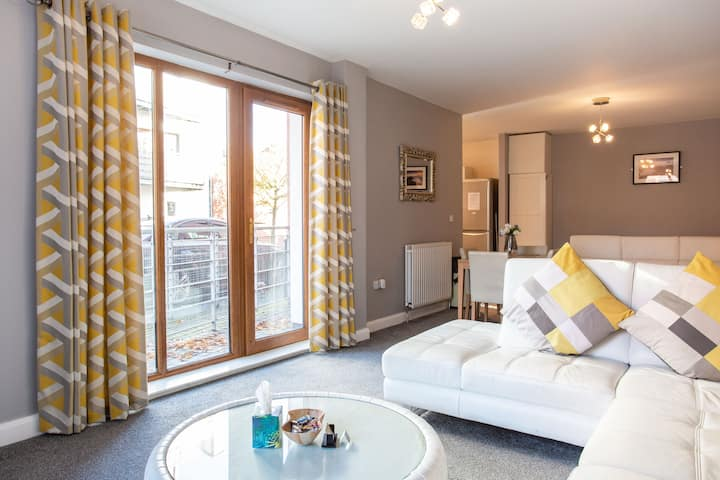 ⭐Modern apt 15 walk to city centre, parking, Wifi⭐