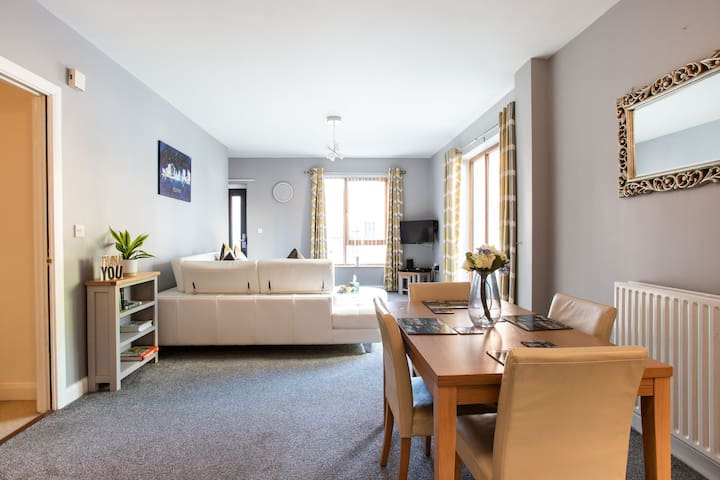 ⭐Luxury modern apartment sleeps 5, parking, wifi⭐