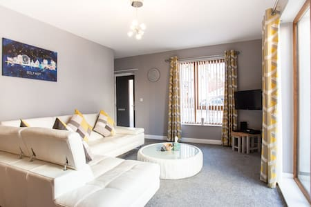 ⭐Modern apt close to city centre, parking, Wifi⭐