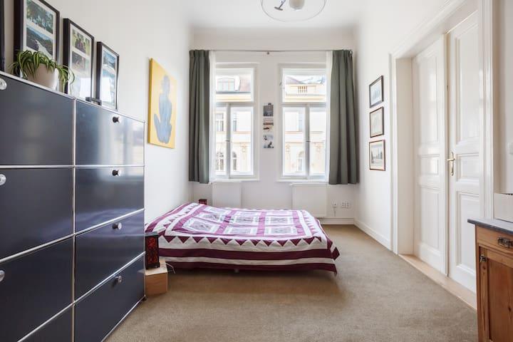 Stylish room, en-suite bath/toilet, free parking