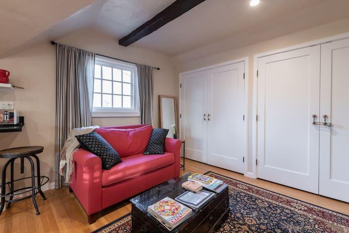 Charming, private en-suite in Land Park