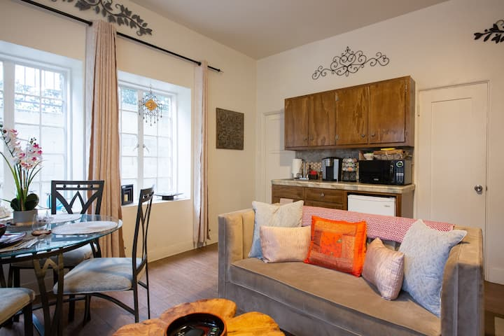 Newly DECORATED COZY STUDIO in HEART of HOLLYWOOD