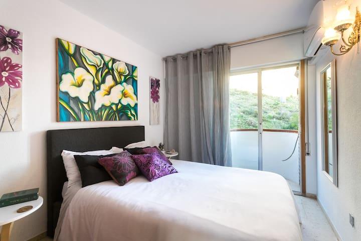 """Dormitorio con cama de 1""""50 ctm, con pequeño balcón mirando al monte.Tiene aire acondicionado, frío o calor"""