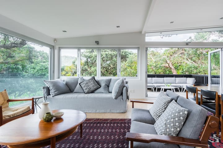 Modern & Bright Pohutukawa Retreat: 5 min to beach