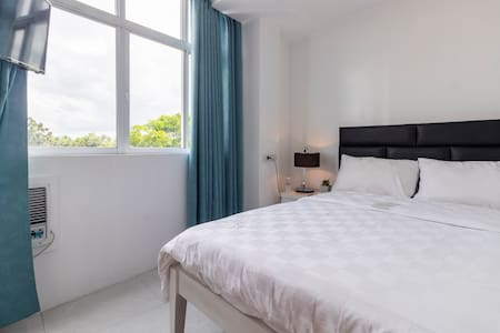 Single Room with FREE breakfast (good for 1-2)