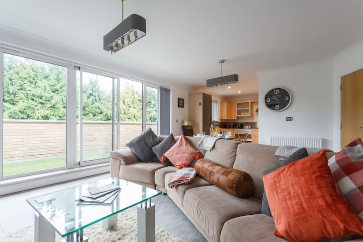 Stunning Penthouse Apartment walk into Town centre