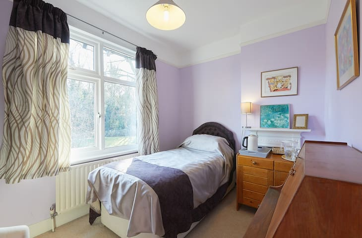 Located 5 min from Purley Station and 5 m from M25