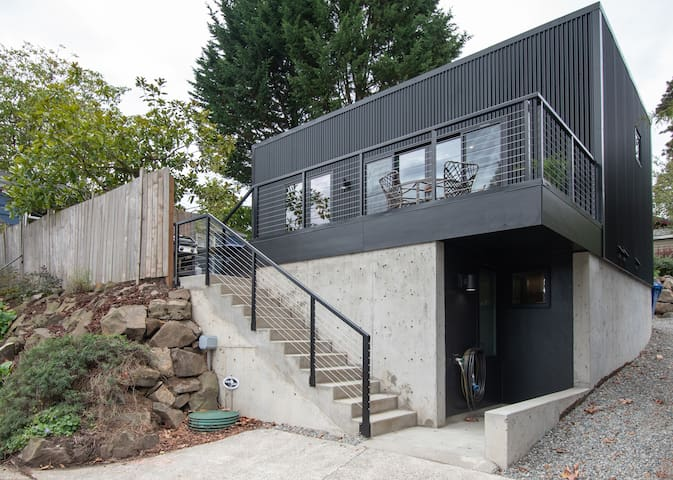Hitts Hill Guesthouse: New construction, flawless modern design.