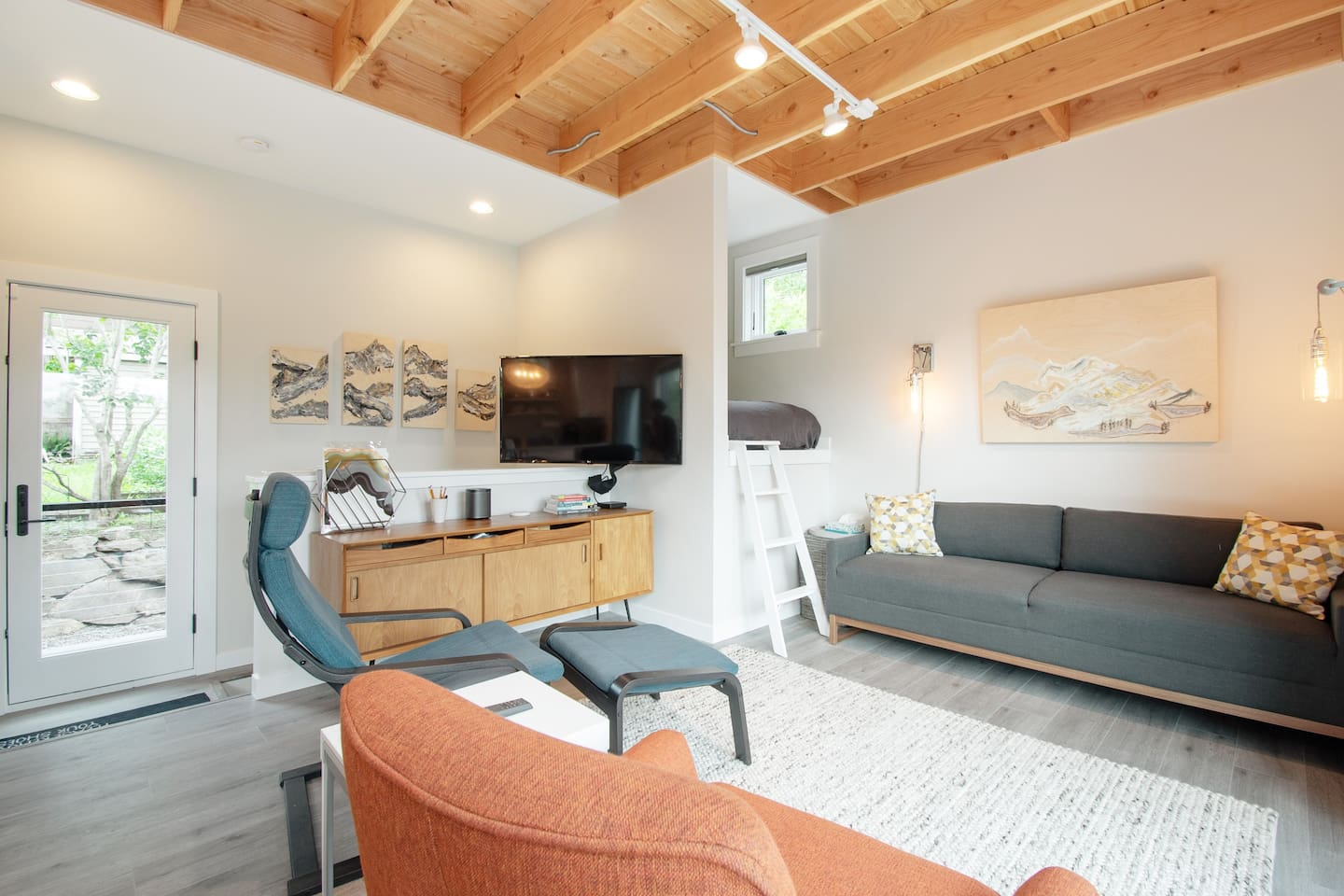 Hitt's Hill Guesthouse is your peaceful urban retreat in the heart of Seattle.