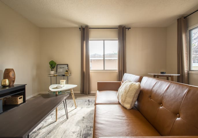 Cozy Modern Guest House 5 Mins to LAX, near Forum